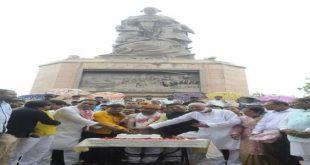 जदयू युवा के पूर्व प्रदेश अध्यक्ष ने पाचवी वर्षगांठ पर गांधी मूर्ति के पास केक काटा